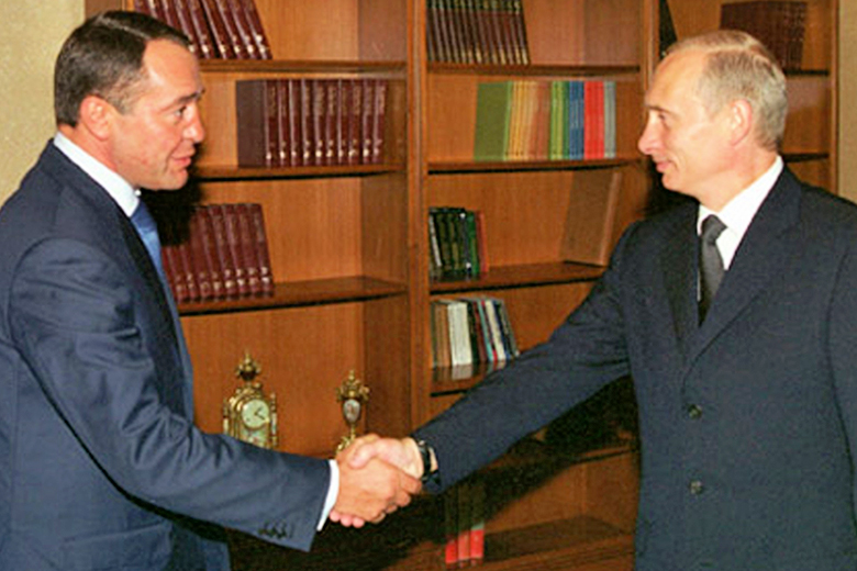 kremlin.ru //  Russian President Vladimir Putin and former Press Minister Mikhail Lesin shake hands.
